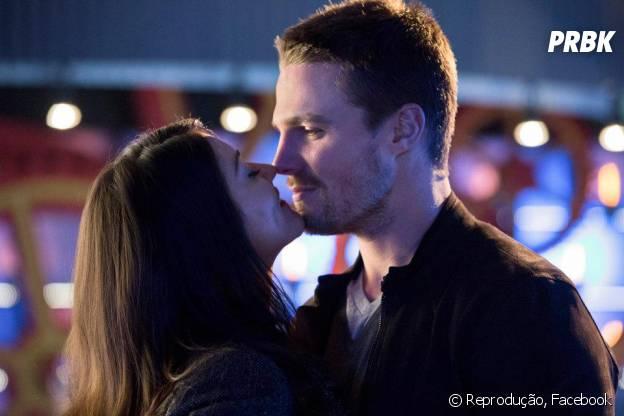 """Oliver Queen (Stephen Amell) tem o coração disputado por muitas beldades na série """"Arrow"""", da The CW!"""