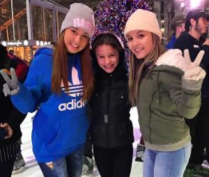 Larissa Manoela aproveitou o primeiro dia de 2017 para patinar no gelo ao lado da amiga Mharessa Fernanda