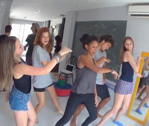 """Larissa Manoela dança """"Deu Onda"""" com Pyong Lee e elenco do filme """"Meus 15 Anos"""""""