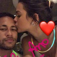 """Bruna Marquezine fala sobre namoro com Neymar e assédio dos fãs: """"Deveriam estar vivendo suas vidas"""""""