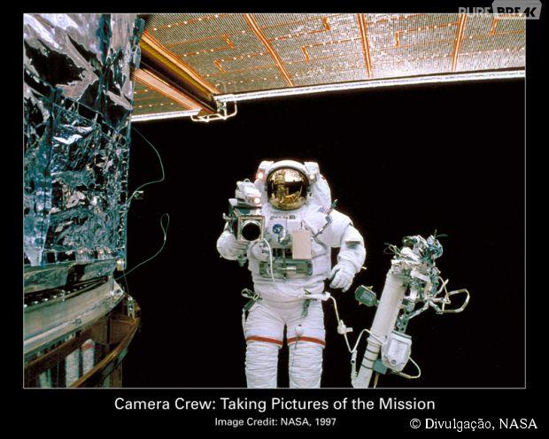 """Um Astronauta visitando o """"Hotel Hubble"""", em 1997"""