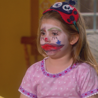 """Novela """"Carinha de Anjo"""": Dulce Maria (Lorena Queiroz) cai em plano de Bárbara e Frida e é pintada!"""