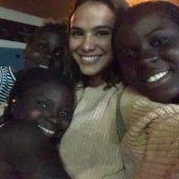 Bruna Marquezine, após férias com Neymar, encontra crianças refugiadas no Rio de Janeiro!