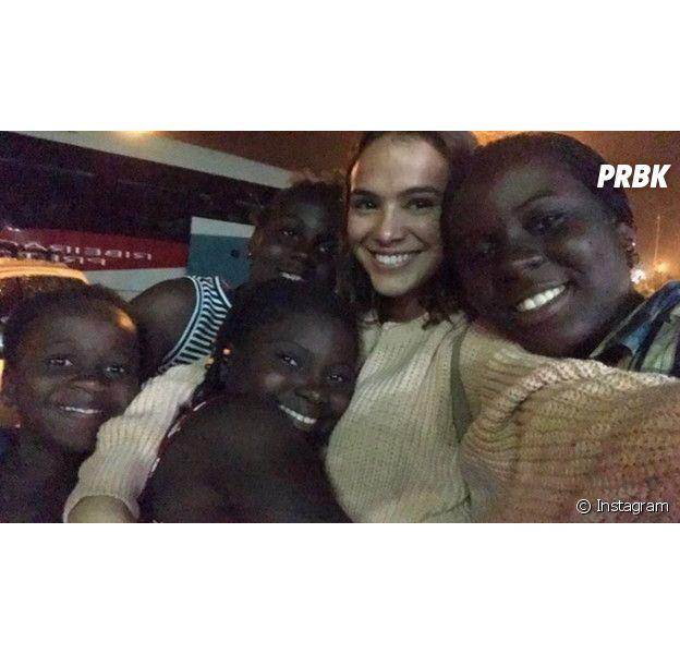 Bruna Marquezine em seu trabalho com as crianças refugiadas