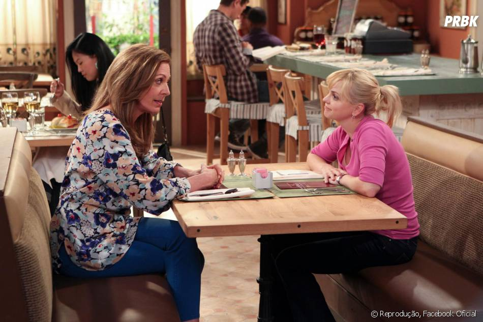 Allison Janney e Anna Farisem cena como Bonnie e Christy.