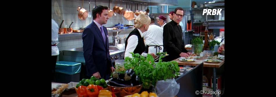 Anna Faris é Christy, uma garçonete que trabalha com o Chef Rudy ( French Stewart, à direita) e namora com seu chefe Gabriel ( Nate Corddry, à esquerda).