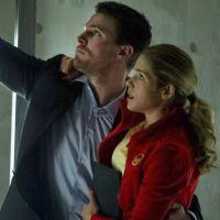 """Em """"Arrow"""": Oliver e Felicity tiveram cena de beijo cortada no season finale!"""