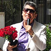 """""""Malhação"""": Em cima de um jegue, Caetano propõe casamento para Bernadete!"""