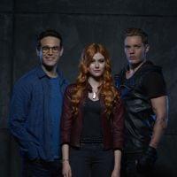 "De ""Shadowhunters"": beijo entre Clary (Katherine McNamara) e Jace abala romance com Simon!"