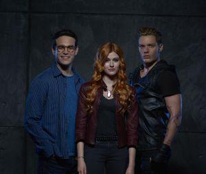 "De ""Shadowhunters"": beijo entre Clary (Katherine McNamara) e Jace (Dominic Sherwood) deixa Simon (Alberto Rosende) abalado"