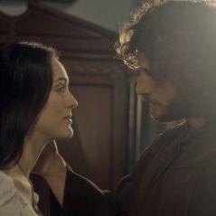 """De """"Novo Mundo"""": Joaquim (Chay Suede) e Anna se beijam e são flagrados por Thomas!"""