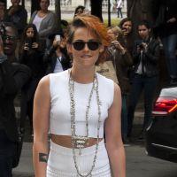 Kristen Stewart rouba a cena em desfile da Chanel com cabelo curto e laranja