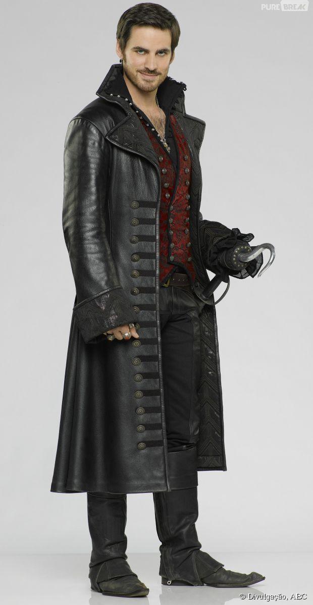 """Em """"Once Upon a Time"""", Hook (Colin O'Donoghue) está sempre com seu sobretudo de couro!"""