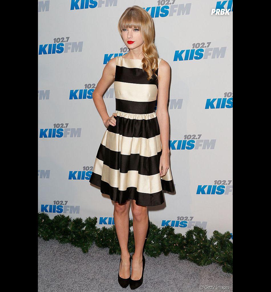 """Em 2012, na famosa era de """"Red"""", Taylor Swift estava ainda mais fashion e com o seu famoso batom vermelho"""