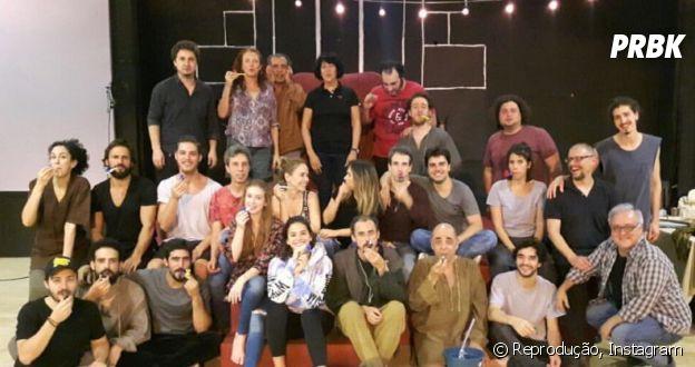 """Marina Ruy Barbosa, Bruna Marquezine e elenco de """"Deus Salve o Rei"""" posa para foto"""