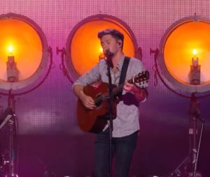 "Niall Horan faz medley do álbum ""Flicker"" no programa de Jimmy Kimmel na TV americana"