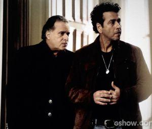 """Braga (Tony Ramos) joga um veneno no relacionamento de sua sócia com a filha adotiva enquanto fala com Pedroso (Marcos Palmeira) em """"O Rebu"""""""