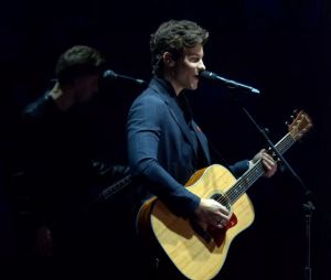 "Shawn Mendes faz performance de ""There's Nothing Holding Me Back"" no EMA 2017"