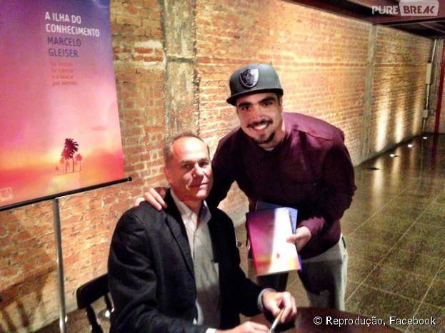 """Caio Castro mostra que também lê e vai no lançamento do livro """"A Ilha do Conhecimento"""""""