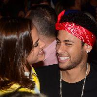 Bruna Marquezine e Neymar se beijam durante festa em Fernando de Noronha e fãs surtam com foto!