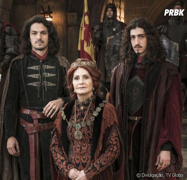 """Em """"Deus Salve o Rei"""", Crisélia (Rosamaria Murtinho) acredita que Afonso (Romulo Estrela) morreu e, agora, Rodolfo (Johnny Massaro) deve virar rei de Montemor"""