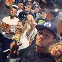 Neymar volta a treinar e posta foto curtindo cinema com amigos
