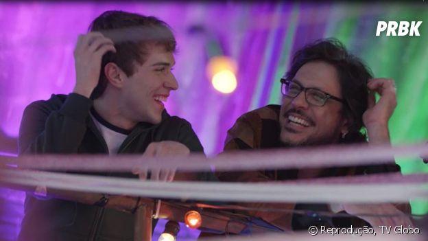 """Em """"Malhação"""", Roney (Lucio Mauro Filho) leva o filho Gabriel (Luis Galves) e Felipe (Gabriel Calamari) para o hospital, após a dupla apanhar na rua"""