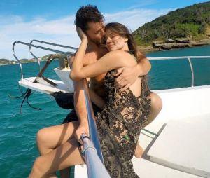 """Camila Queiroz e Klebber Toledo planejam casamento simples: """"É caro demais"""""""