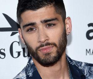 """Zayn Malik é flagrado com cigarro suspeito e fãs questionam: """"Isso é maconha?"""""""