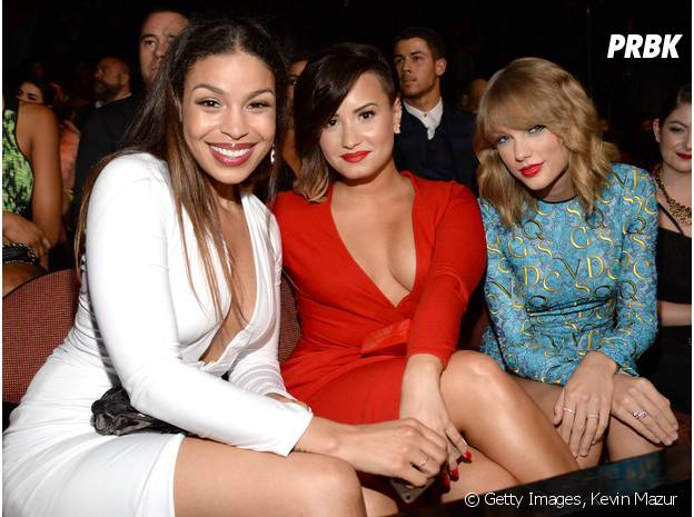Demi Lovato ao lado das amigas Taylor Swift e Jordan Sparks