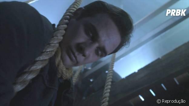 """Lá no início de """"Pretty Little Liars"""", Ian (Ryan Merriman) morreu enforcado durante uma perseguição à Spencer (Troian Bellisario)"""