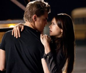 """De """"The Vampire Diaries"""", Paul Wesley e Nina Dobrev se reencontram e compartilham foto"""