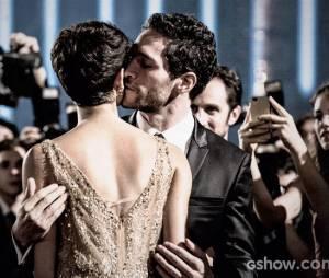"""Sedução é palavra chave no relacionamento de Antonio (Michel Noher) e Duda (Sophie Charlotte), em """"O Rebu"""""""