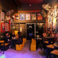 O lugar ideal para amantes de séries: Saiba tudo sobre o Season One Arts & Bar!