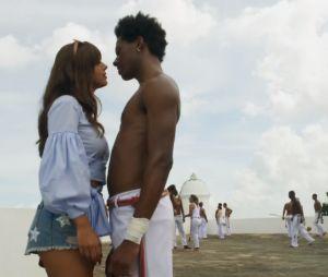 """Em """"Segundo Sol"""", Rochelle (Giovanna Lancellotti) deu em cima de Acácio (Danilo Ferreira)"""