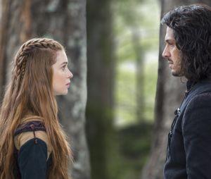 """Em """"Deus Salve o Rei"""", Afonso (Romulo Estrela) vai finalmente oficializar seu amor por Amália (Marina Ruy Barbosa)"""
