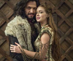"""Amália (Marina Ruy Barbosa) e Afonso (Romulo Estrela) caracterizados para o último capítulo de """"Deus Salve o Rei""""."""