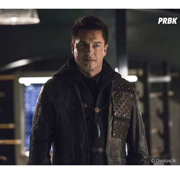 "Em ""Arrow"", Malcolm Merlyn (John Barrowman) está de volta na 7ª temporada!"