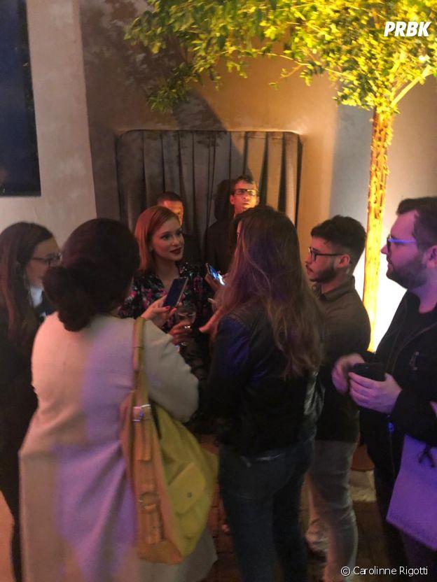 """Na festa de """"O Sétimo Guardião"""", os jornalistas se juntaram para falar com Marina Ruy Barbosa"""
