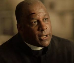 """Em """"O Sétimo Guardião"""", Ramiro (Ailton Graça) provoca incêndio na igreja e culpa Gabriel (Bruno Galiasso)"""