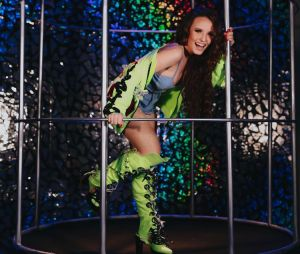 Larissa Manoela comemora aniversário de 18 anos com baile funk
