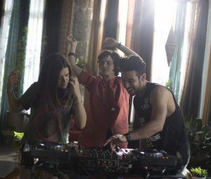"""Filme """"Cinderela Pop"""": Cintia Dorella (Maisa Silva) aprendendo a ser DJ"""
