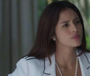 """Em """"O Sétimo Guardião"""", Laura (Yanna Lavigne) ameaça contar para todos sobre a fonte mágica e, em seguida, cai da escada de Valentina (Lília Cabral)"""