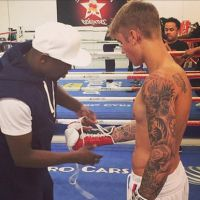 Justin Bieber luta boxe sem camisa e exibe tanquinho sarado no Instagram