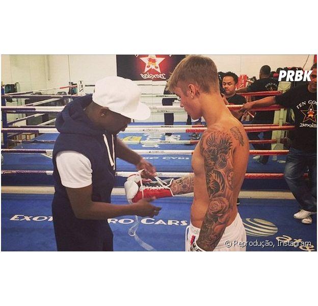 Justin aparece suado e sem camisa em novas publicações em seu Instagram