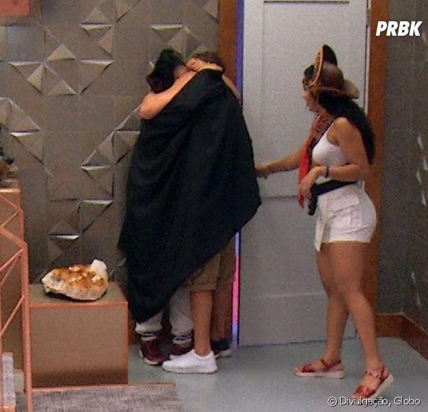 """No """"BBB19"""", Rízia e o italiano Alberto protagonizam beijo na festa Televisão!"""