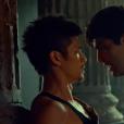 """Em """"Shadowhunters"""",Alec(Matthew Daddario) está tentando ajudarMagnus(Harry Shum Jr.)"""