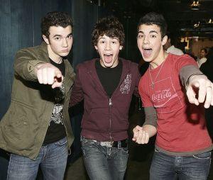 """Jonas Brothers prometem que o documentário """"Chasing Happiness"""" terá cenas inéditas do inicio da carreira até se tornarem sucesso mundial"""
