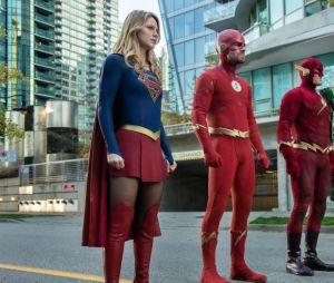 """Spoilers de """"Crise nas Infinitas Terras"""" já foram vistos no crossover de 2017, quando Oliver Queen (Stephen Amell) salvou Kara Denvens (Melissa Benoist) e Barry Allen (Grant Gustin)"""