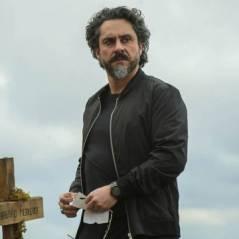 """Novela """"Império"""": José Alfredo encontra bilhete de Maurílio em túmulo"""